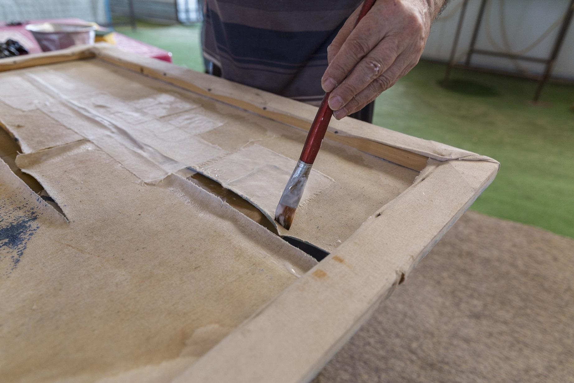 La riparazione delle opere. Foto di E. Confortin.