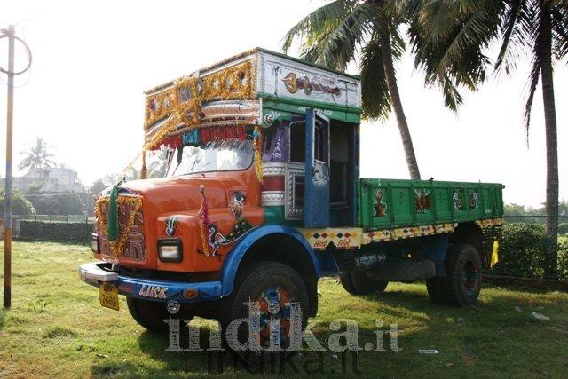 Camion variopinto sotto le palme