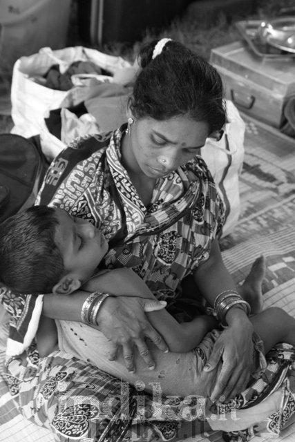 Madre e figlio nel campo profughi di Bhubaneswar